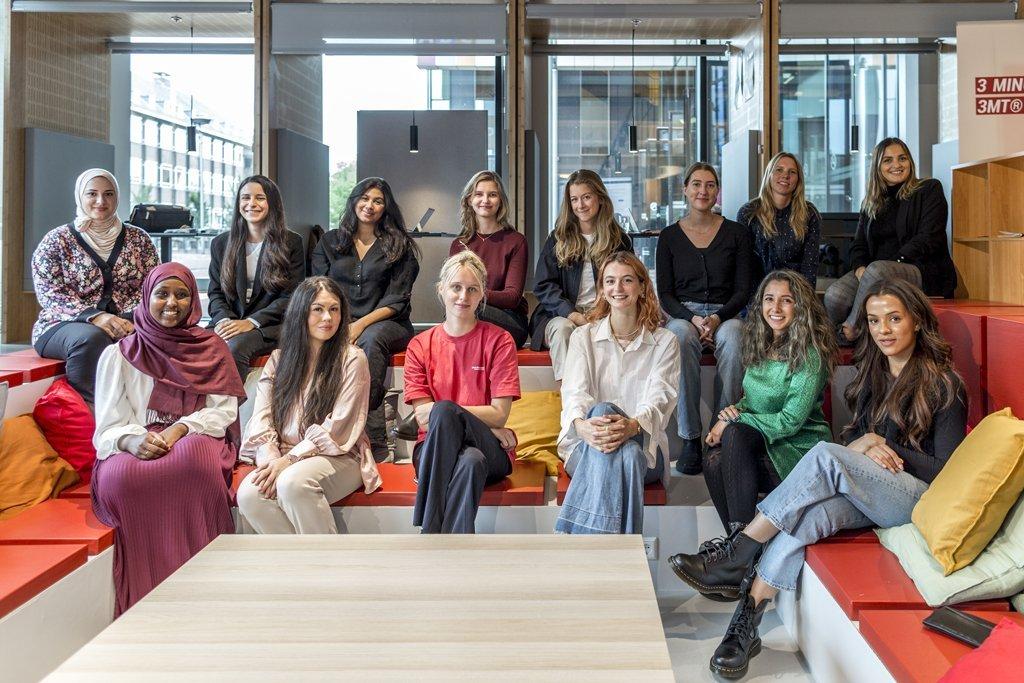Het team van de vrouwenrechtswinkel Amsterdam bij elkaar